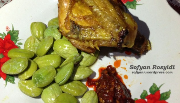 Ayam goreng dengan sambel dan pete goreng. Nyuusss...